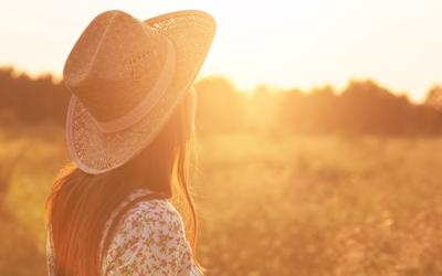 L'accessoire indispensable des beaux jours : le chapeau de paille